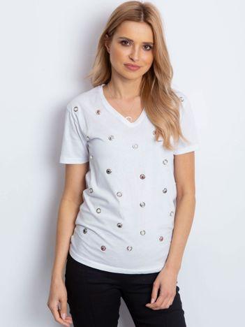 Biały t-shirt z biżuteryjną aplikacją