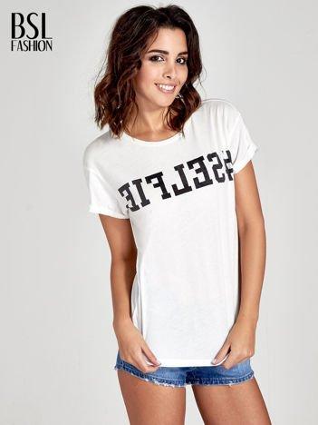 Biały t-shirt z hasztagiem #SELFIE