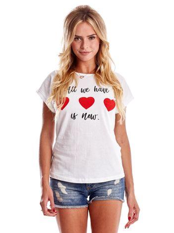 Biały t-shirt z napisem i serduszkami