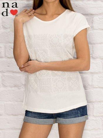 Biały t-shirt z ornamentowym nadrukiem