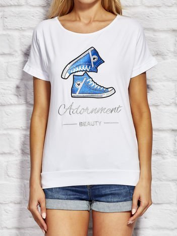 Biały t-shirt z trampkami