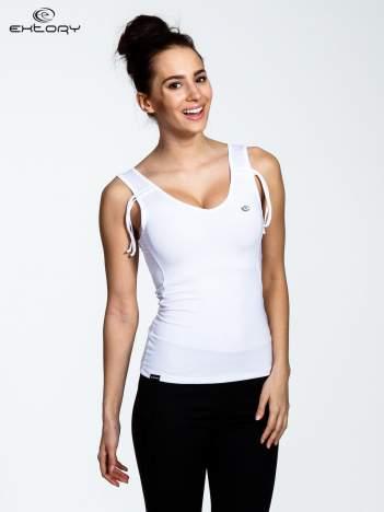 Biały top sportowy ze ściągaczami na ramiączkach