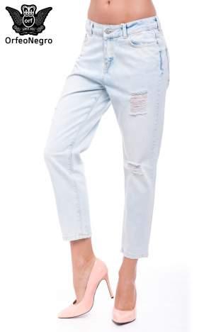 Błękitne spodnie girlfriend jeans z dziurami