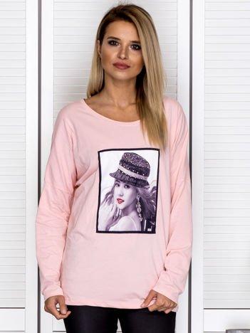 Bluzka damska z portretem dziewczyny i perełkami różowa