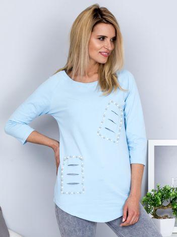 Bluzka jasnoniebieska z rozcięciami i aplikacją z perełek