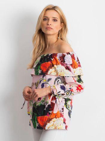 Bluzka jasnoróżowa z dekoltem carmen we wzory