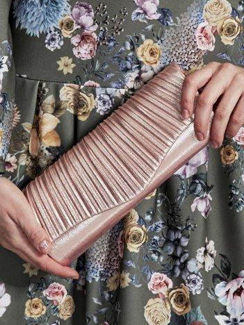 Błyszcząca elegancka kopertówka z ozdobnym plisowaniem różowa