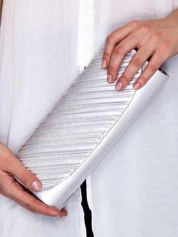 Błyszcząca kopertówka z asymetrycznym plisowaniem srebrna