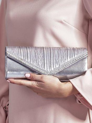 Błyszcząca kopertówka z dżetami i karbowaniem srebrna