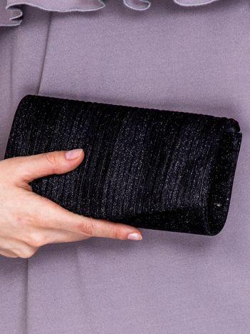 Błyszcząca kopertówka z karbowanym wzorem czarna
