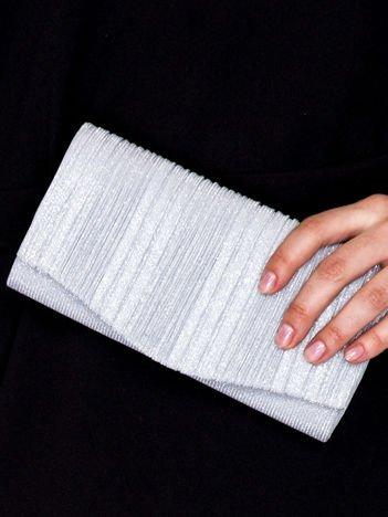 Błyszcząca kopertówka z karbowanym wzorem srebrna