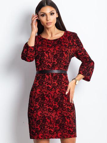 Bordowa elegancka sukienka w koronkowy wzór