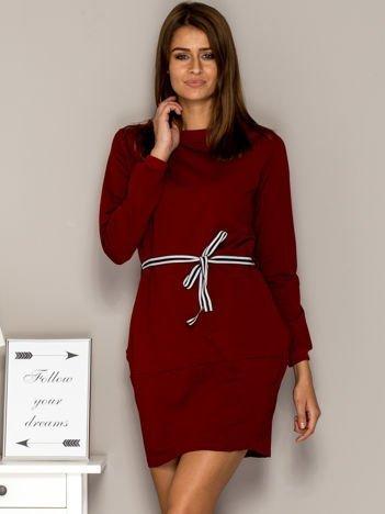 Bordowa sukienka dresowa z wiązaniem