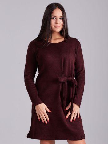 Bordowa sukienka w prążki z wiązaniem