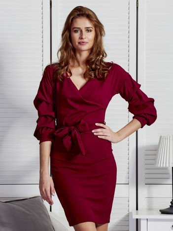 Bordowa sukienka z drapowanymi rękawami