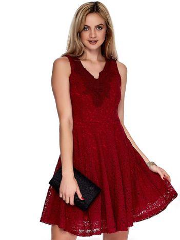 Bordowa sukienka z koronki z ozdobnym dekoltem