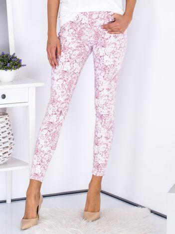 Bordowe spodnie we wzory