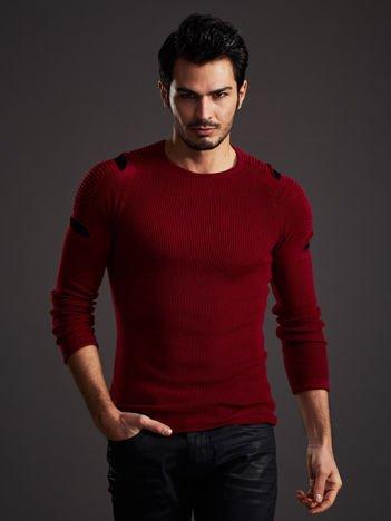 Bordowy sweter męski z rozcięciami na rękawach