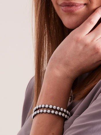 Bransoletka damska na brązowym zamszowym pasku z białymi perełkami