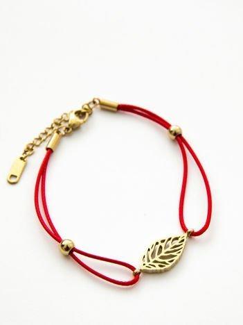 Bransoletka damska na czerwonym sznurku z celebrytką ażurowy listek pozłacana 14-karatowym złotem
