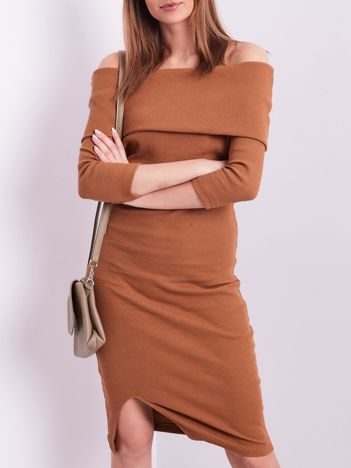 Brązowa dopasowana sukienka z odkrytymi ramionami