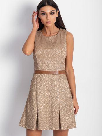 Brązowa sukienka koktajlowa o wyrazistej fakturze