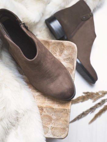 Brązowe botki Maciejka ze skóry na klocku z głęboko wyciętą cholewką z przodu buta