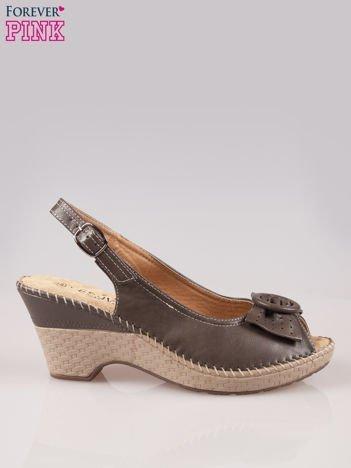 Brązowe sandały z kokardą na grubym obcasie