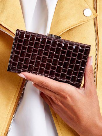 Brązowy lakierowany portfel z motywem geometrycznym