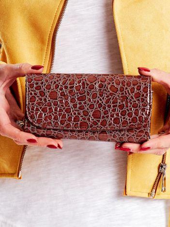 Brązowy portfel damski z tłoczonym zwierzęcym motywem