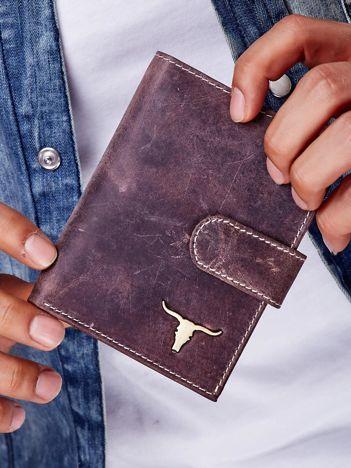 Brązowy portfel męski na zatrzask z emblematem