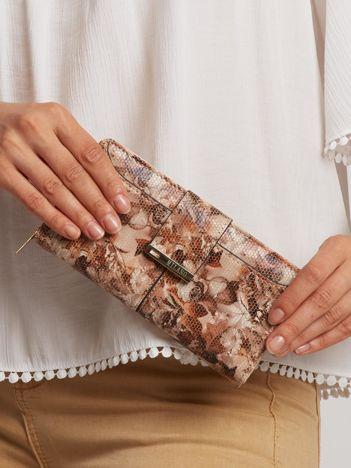Brązowy portfel w kwiaty