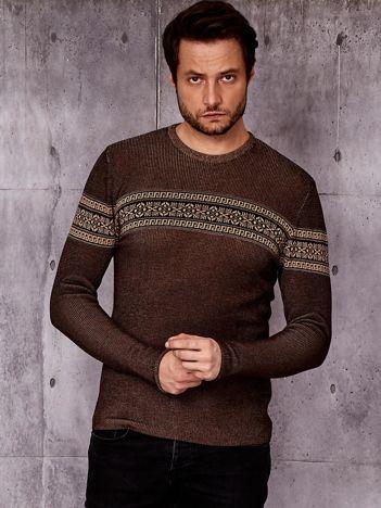 Brązowy sweter męski z modułem w etniczne wzory