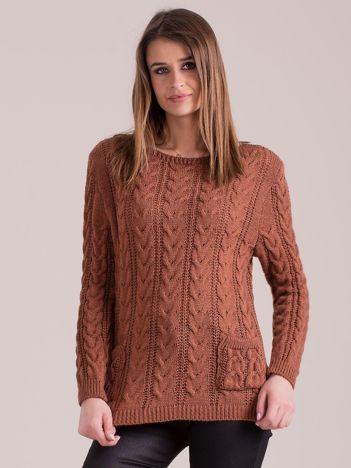 Brązowy sweter w warkocze z kieszeniami