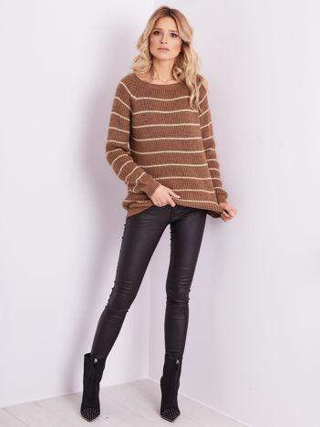 Brązowy sweter z błyszczącą nitką