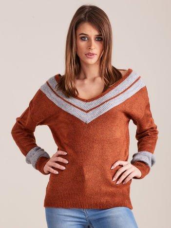 Brązowy sweter z dekoltem w serek