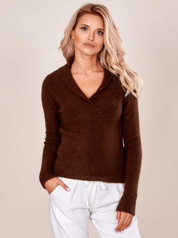 Brązowy sweter z zakładkami