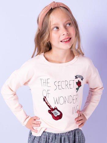 Brzoskwiniowa bluza dziecięca z naszywkami i surowym wykończeniem