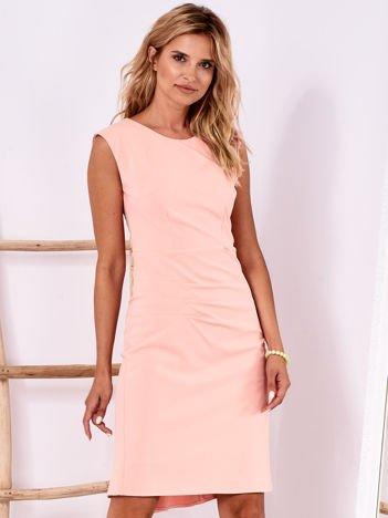 Brzoskwiniowa dopasowana sukienka z drapowaniem