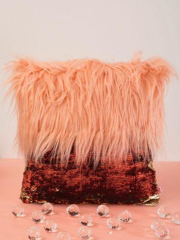 Brzoskwiniowa poduszka z długim włosem i cekinami