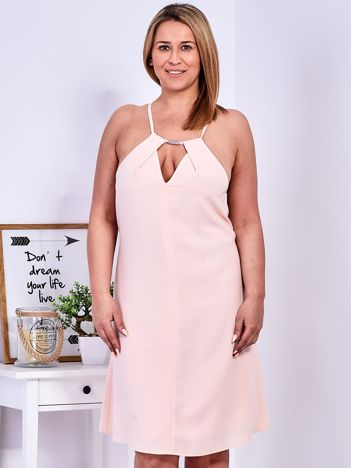 Brzoskwiniowa sukienka z dekoltem halter PLUS SIZE