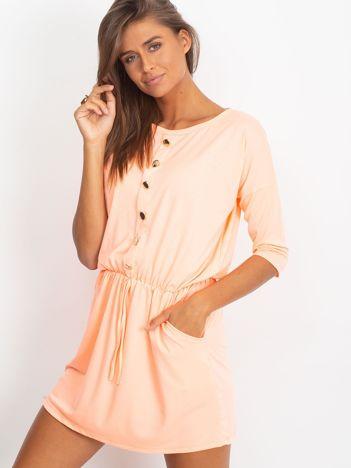 Brzoskwiniowa sukienka z guzikami