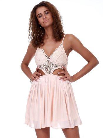Brzoskwiniowa sukienka z wycięciami i ażurowaniem