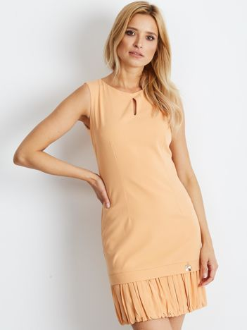 Brzoskwiniowa sukienka z wycięciem łezką