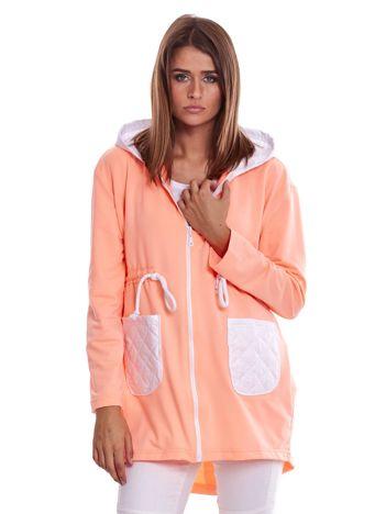 Brzoskwiniowo-biała bluza z pikowanymi kieszeniami i kapturem