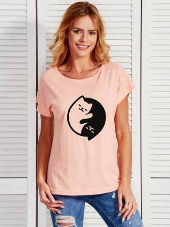 Brzoskwiniowy t-shirt Yin Yang z nadrukiem kotów