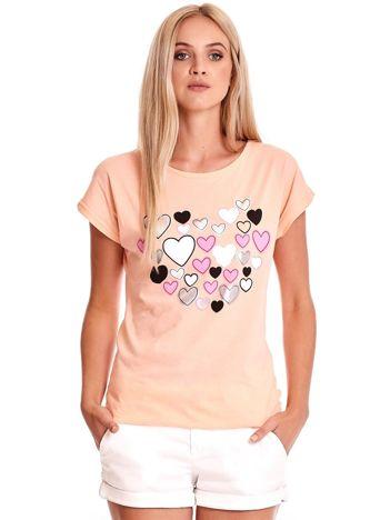 Brzoskwiniowy t-shirt w serduszka