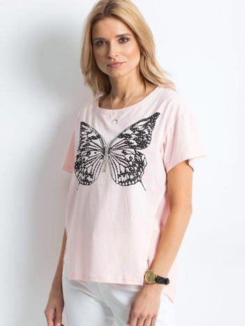 Brzoskwiniowy t-shirt z biżuteryjnym motylem i szyfonową wstawką z tyłu