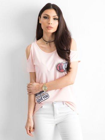 Brzoskwiniowy t-shirt z naszywkami