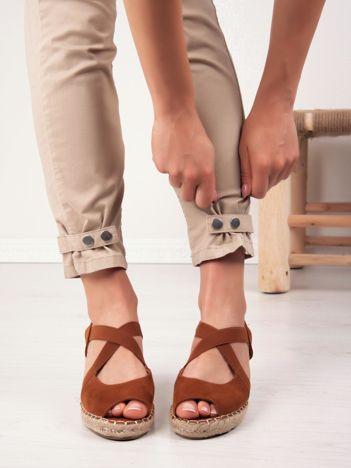 Camelowe sandały na koturnach z elastycznymi paskami